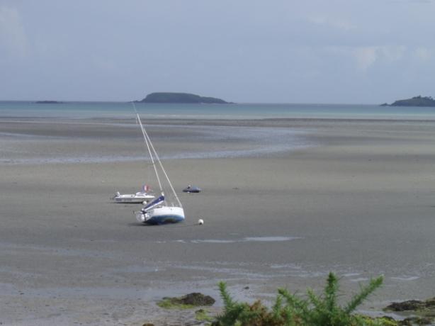 Le voilier attend le flot (marée montante) - Photo Jacques Cartier