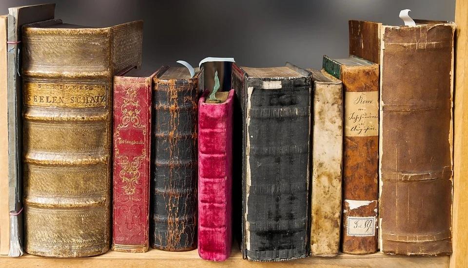 https://pixabay.com/fr/photos/livre-lecture-vieux-litt%C3%A9rature-1659717/
